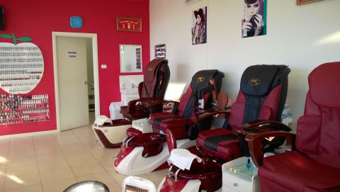 Gold Nails and Beauty